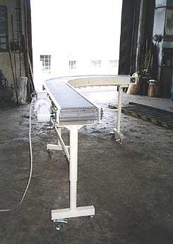 dopravník s modulárním pásem pro dopravu kusových výrobků po zakřivených drahách