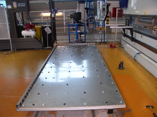 kuličkový stůl pro manipulaci s plechy robotem