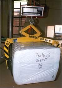 uchopovací manipulátor balíků s polypropylenovou střiží