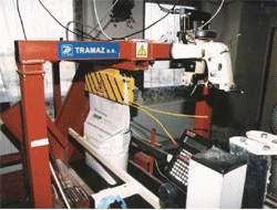 manipulátor pro přenášení pytlů mezi dvěma kolmými dopravníky