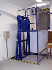 zvedací plošina určená ke zvedání a spouštění vozíku s břemeny (krabice, balíky, přepravky atd.)