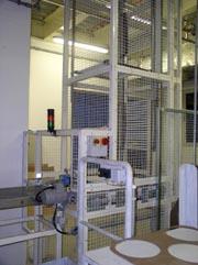 vertikální řetězový dopravník pro dopravu kusových balených břemen (krabice, kbelíky, pytle) mezi podlažími