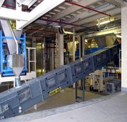 skříňový pásový dopravník sdružený s čisticím hrabicovým (řetězovým) dopravníkem, je určen pro dopravu přísad v technologickém procesu výroby práškových hmot