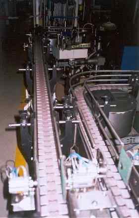 destičkový dopravník určený k dopravě krabiček s výrobkem