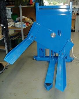 polohovací zařízení ke zdvihání palet do pracovní výšky s nakloněním až o 30° pro usnadnění manipulace s výrobky