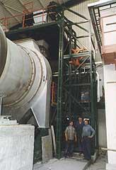 zvedání kontejneru do výšky 6 m a jeho překlopení do násypky spalovací pece