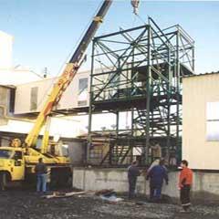 montáž konstrukce nákladního výtahu se schodištěm, mostu a jejich opláštění