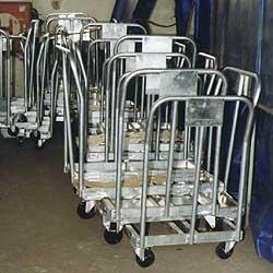 skládání prázdných vozíků