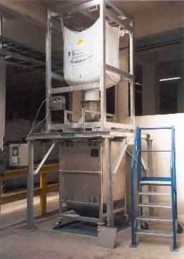 rozvažování materiálu z Big-Bagu do pojízdného kontejneru