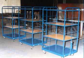 regálové vozíky zapojené v řadě